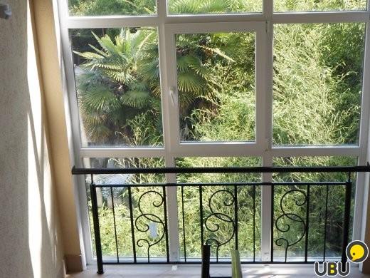 Дизайн балкона с витражным остеклением..