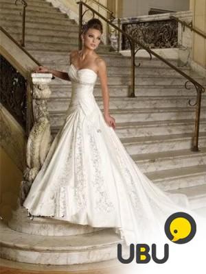 Шикарное атласное свадебное платье со шлейфом в Москве - купить